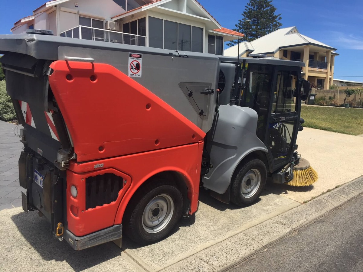 Street sweeper with new tyres